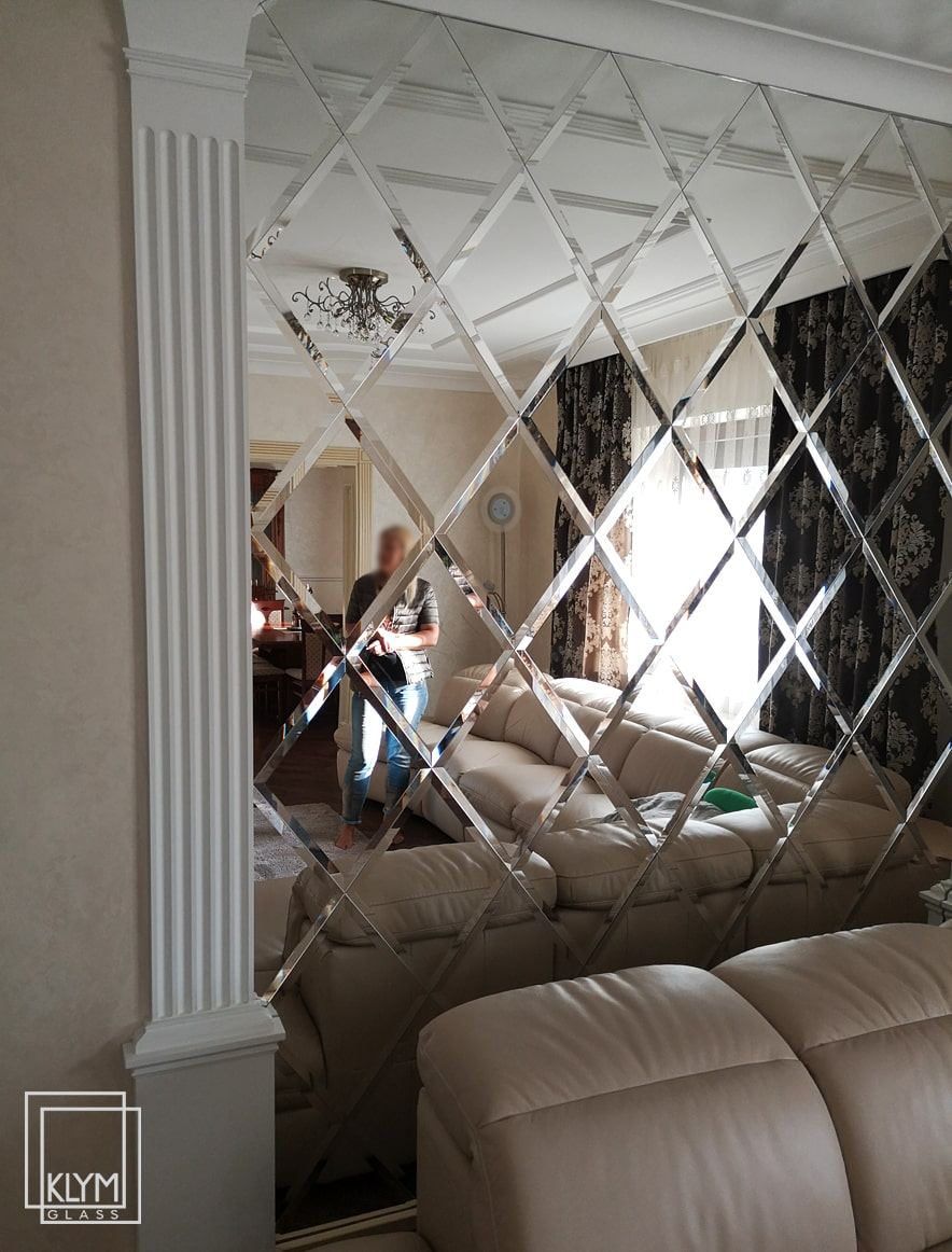 монтаж дзеркала у вітальні
